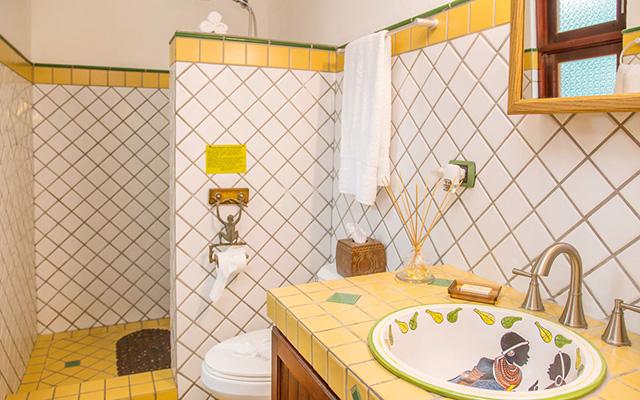 Discovery Beach House 1st floor suite bathroom