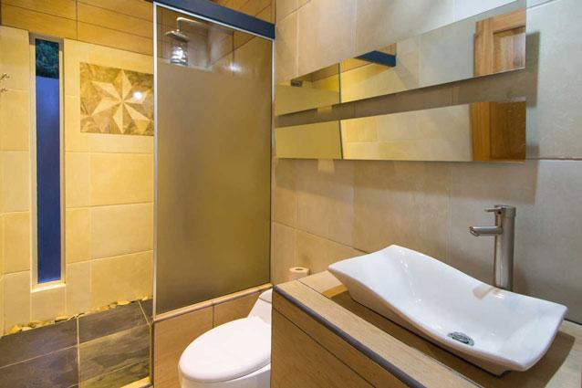 Manuel Antonio Home Rentals: Espadilla Ocean Club bathroom and shower