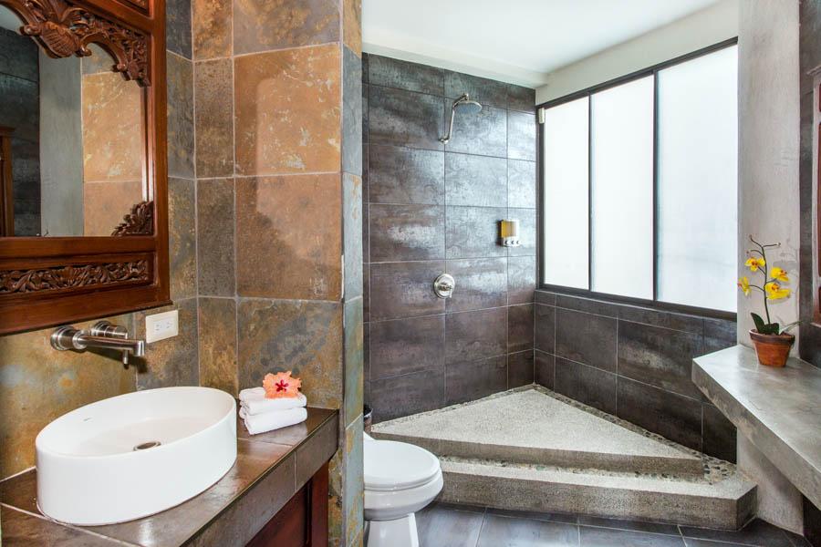 Villa Perezoso penthouse bathroom