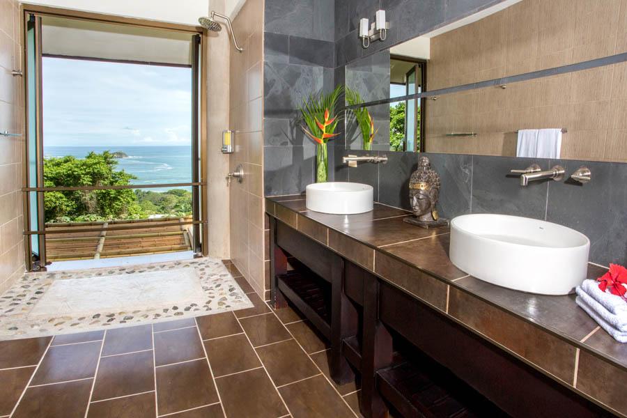 Villa Perezoso penthouse bathroom 1