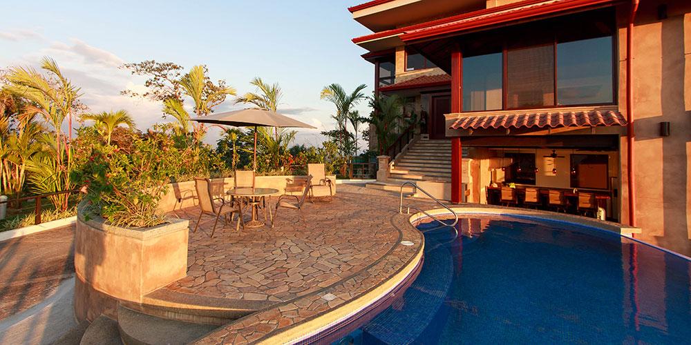 Villa Celaje patio and pool