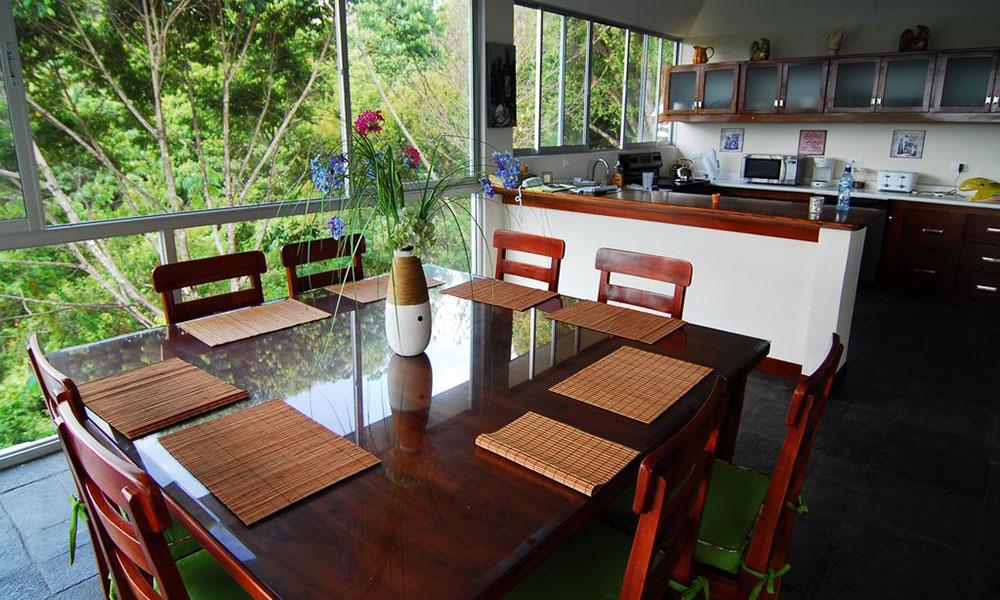 Casa de los Suspiros dining and kitchen