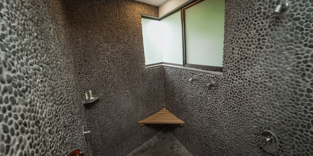 Casa Heliconia shower